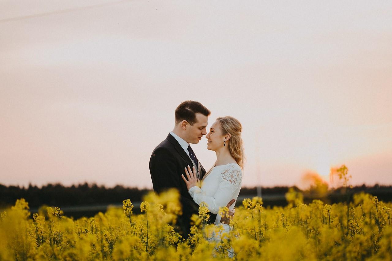 sesja ślubna w rzepaku, zdjęcia ślubne w rzepaku