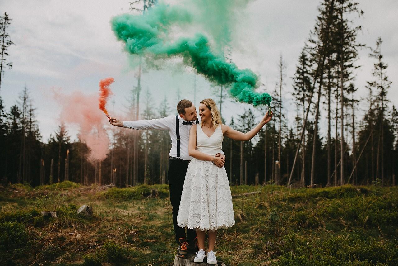 zdjęcia ślubne z racami, race dymne, kolorowe race do zdjęc